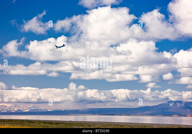 Plane taking off from Ted Stevens International Airport, Anchorage, Southcentral Alaska - Stock-Bilder