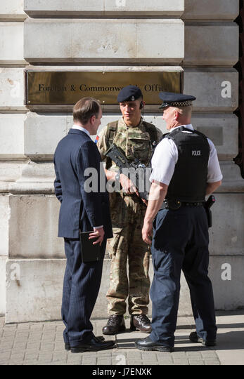 London, UK. 24 May 2017. An armed police officer and a soldier guard the Foreign & Commonwealth Office in Westminster - Stock Image