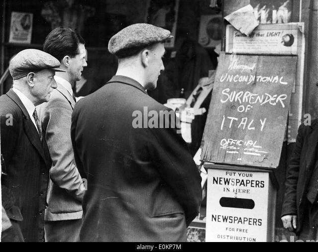 Workers reading the first news of the unconditional surrender of Italy - Stock-Bilder