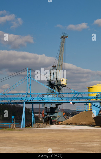 Crane on the Rhine riverbank, bulk handling, gravel, sand, a conveyor belt in the foreground, Rhineland-Palatinate - Stock Image