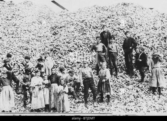 Children workers husking oysters, Mississippi, 1911. - Stock-Bilder