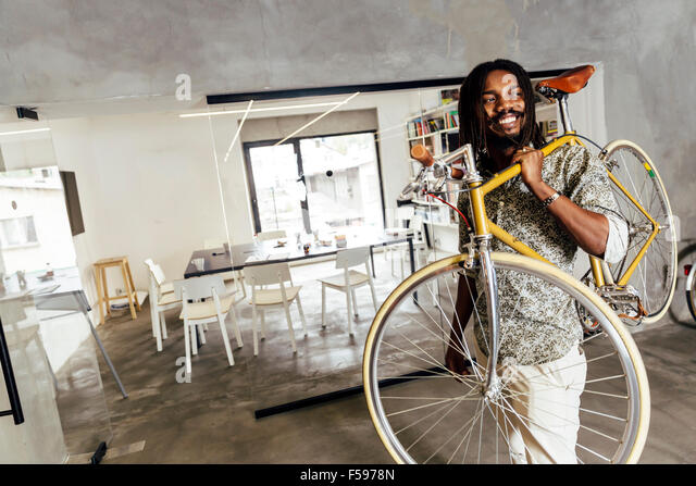 Using bicycle to go to work instead of polluting the environment. Green planet - Stock-Bilder