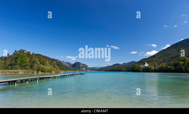 Austria, Fuschl, View of beach resort and Fuschl castle at lake Fuschlsee - Stock-Bilder