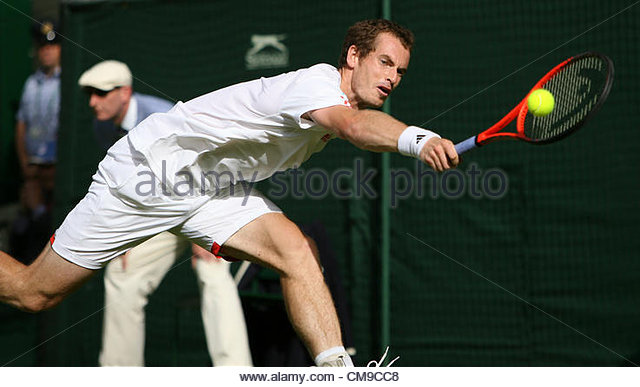 28/06/2012 - Wimbledon (Day 4) - Ivo KARLOVIC (CRO) vs. Andy MURRAY (GBR) - Andy Murray stretches for the ball  - Stock-Bilder