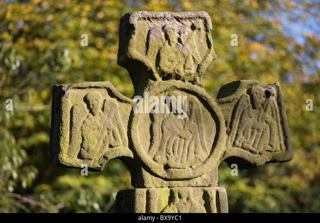 Celtic cross in Eyam churchyard, Eyam 'Plague Village', Derbyshire, England, UK - Stock Image