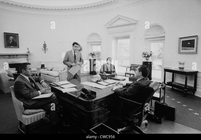President Nixon meets with chief advisers in the Oval Office. L to R H.R. Haldeman Dwight Chapin John D. Ehrlichman - Stock Image