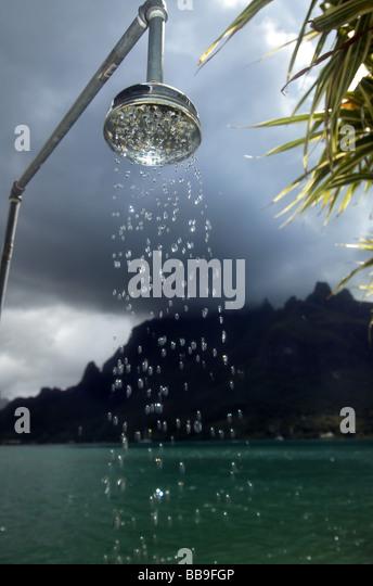 Outdoor shower in Cook's Bay, Moorea, Tahiti, French Polynesia - Stock-Bilder