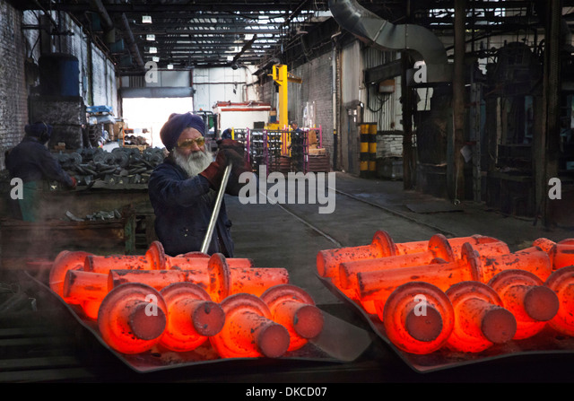 Operative levers still steaming drive shafts off trays in order to cool down - Stock-Bilder