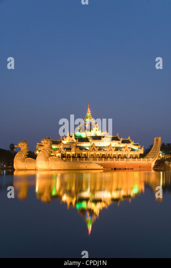 Karaweik Barge in the late evening, Kandawgyi Lake, Yangon (Rangoon), Myanmar (Burma), Asia - Stock-Bilder