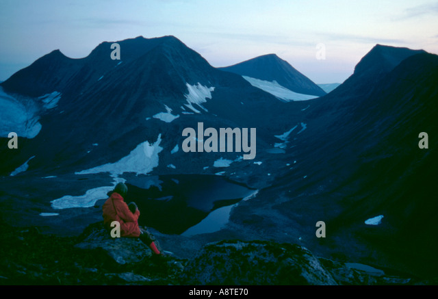 Waiting for the sunrise on the summit of Nallo, Kebnekaise, Lappland, Norrbottens Län, arctic Sweden. - Stock Image