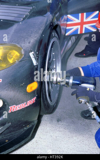 1999 Chrysler Viper,fia gt silverstone 500,wheel gun in pits. Artist: Unknown. - Stock Image