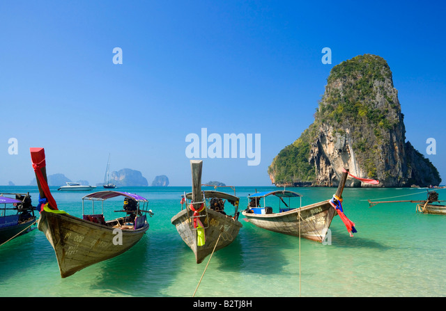 Anchored boats, chalk cliff in background, Phra Nang Beach, Laem Phra Nang, Railay, Krabi, Thailand, after the tsunami - Stock-Bilder