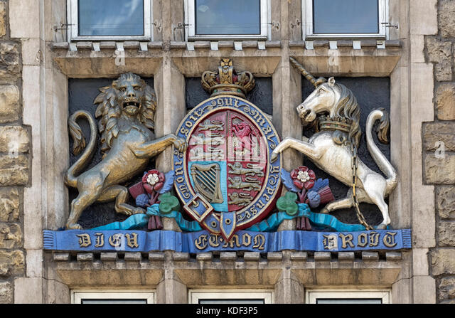 ROYAL COAT OF ARMS:  carved in to ornate window on Armoury House, the HQ of the Honourable Artillery Company (HAC) - Stock Image