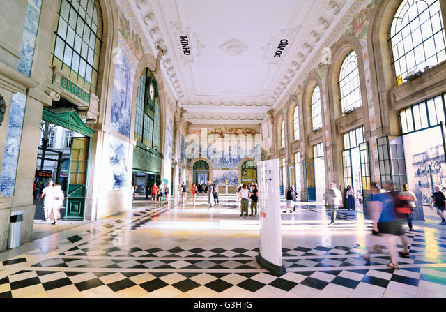 Portugal, Oporto: Tile decorated hall of the  historic train station Sao Bento - Stock Image