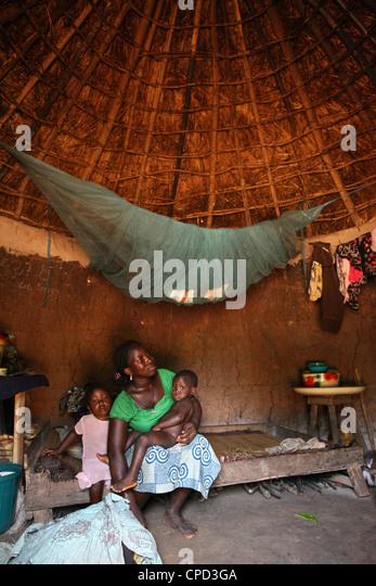 Woman and children in an African hut, Tori, Benin, West Africa, Africa - Stock-Bilder