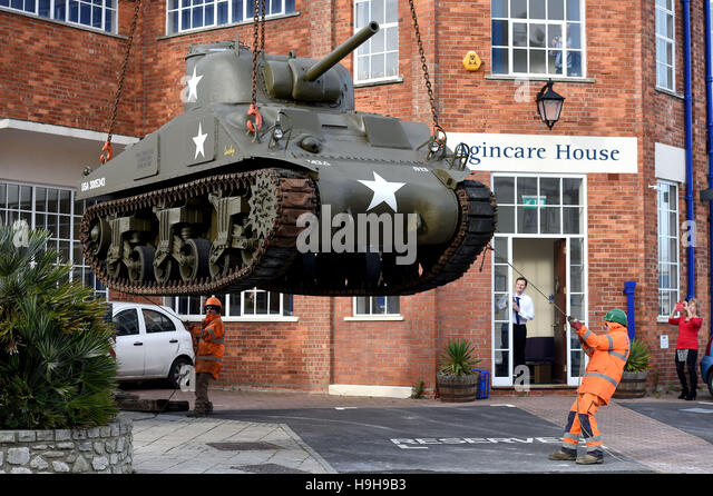 Castletown, Portland, Dorset, UK. 24th November, 2016. World War 2 Sherman tank is lifted into position at the new - Stock Image