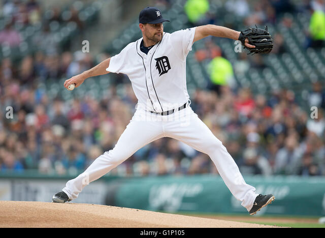 Detroit, Michigan, USA. 17th May, 2016. Detroit Tigers pitcher Mike Pelfrey (37) delivers pitch during MLB game - Stock-Bilder