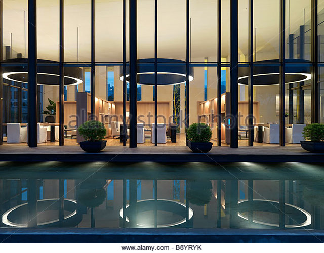 Reflection pool outside modern building - Stock Image