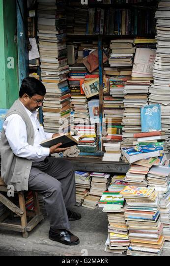 INDIA Westbengal, Kolkata, bookstore on the road near university / INDIEN, Westbengalen, Kolkata, Buchladen an der - Stock-Bilder