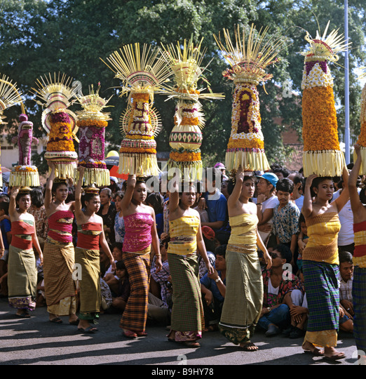 Women with sacrificial offerings, procession, Denpasar, Bali, Indonesia, south-east Asia - Stock-Bilder