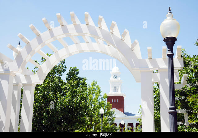 Alabama Opelika Historic District Lee County Courthouse 1896 Courthouse Square lamppost archway - Stock Image