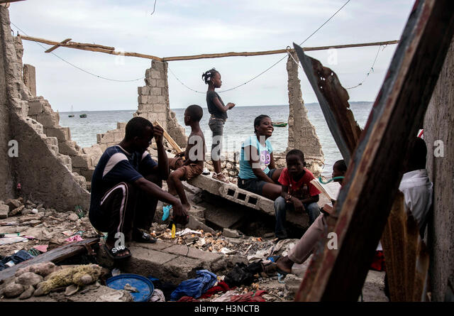Les Cayes, Haiti. 9th Oct, 2016. Image provided by the United Nations Children's Fund (UNICEF) shows people - Stock Image