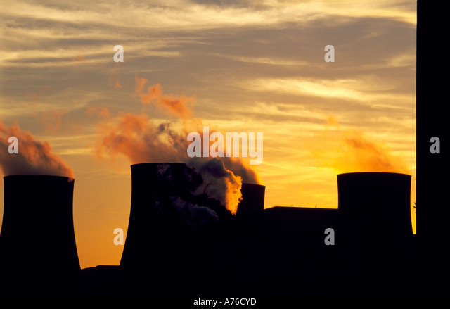 Ratcliffe on Sour coal fired power station at sunset with vapour billowing from the chimneys. - Stock-Bilder