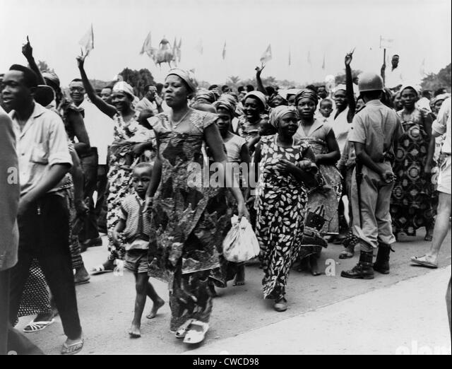 Women and men parade through the streets of Leopoldville in the Belgian Congo celebrating their forthcoming independence. - Stock-Bilder