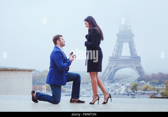 marry me, proposal in Paris near Eiffel Tower - Stock-Bilder