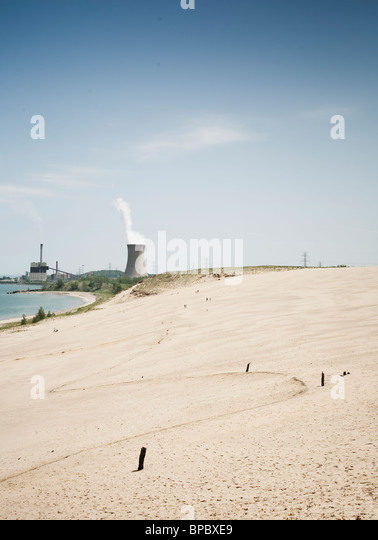Nuclear reactor cooling tower behind a beach - Stock-Bilder