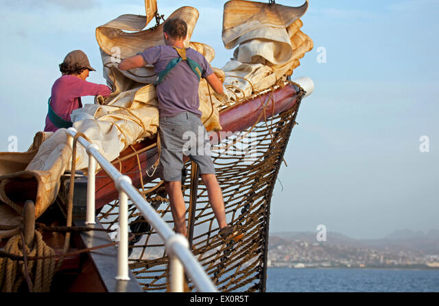 Sailors working on board of the Oosterschelde, three-masted topsail schooner sailing the Atlantic Ocean near Cape - Stock Image