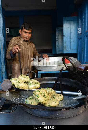 Vegetarian street food vendor in Lucknow, India - Stock Image