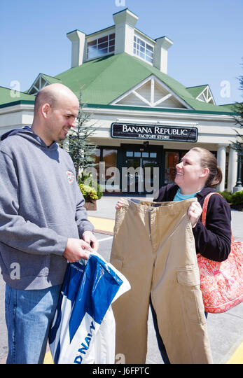 Tennessee Sevierville Tanger Outlets at Five Oaks shopping man woman couple outdoor mall retail bargain hunting - Stock Image