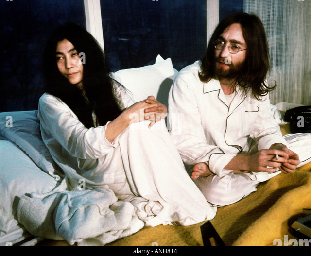 BEATLES John Lennon and Yoko Ono during their week long Bed In for peace at Queen Elizabeth Hotel Montreal May 1969 - Stock-Bilder