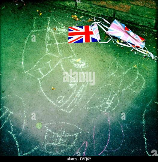 UK, England, London, Chalk drawings on sidewalk and bunting next to it - Stock-Bilder