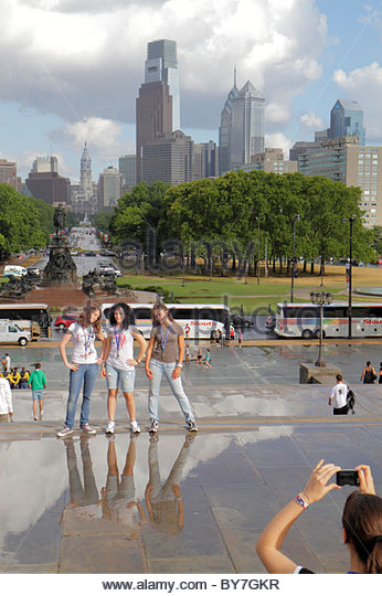 Philadelphia Pennsylvania Philadelphia Museum of Art Benjamin Franklin Parkway view students tour bus skyline rain - Stock Image