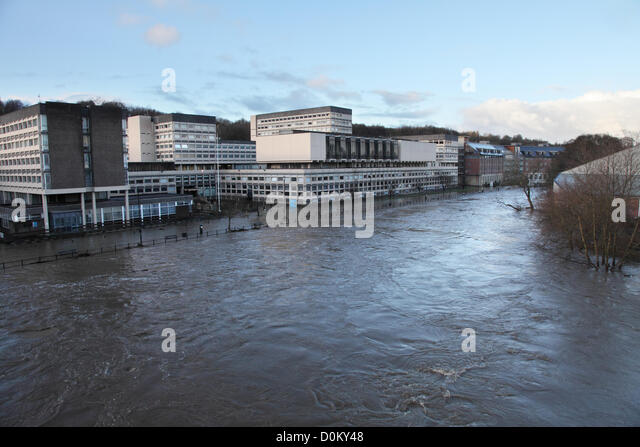 Durham, UK. 27th November 2012. River Wear overflows and floods road within  Durham City adjacent to the National - Stock Image