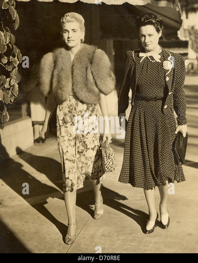 Countess Barbara Haugwitz Reventlow (Barbara Hutton) and friend, Palm Beach, ca 1940. Bert Morgan Photo - Stock Image