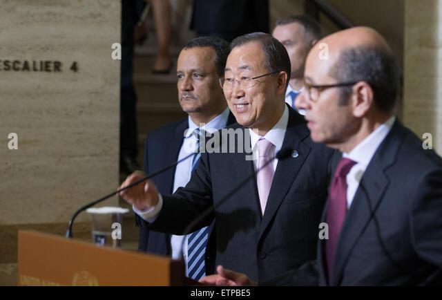 (150615) -- GENEVA, June 15, 2015 (Xinhua) -- UN Secretary-General Ban Ki-moon (C) holds a press conference after - Stock Image