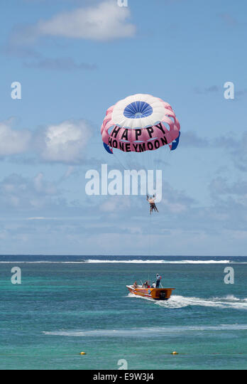 Mauritius honeymoon couple parasailing in the Indian Ocean - Stock Image