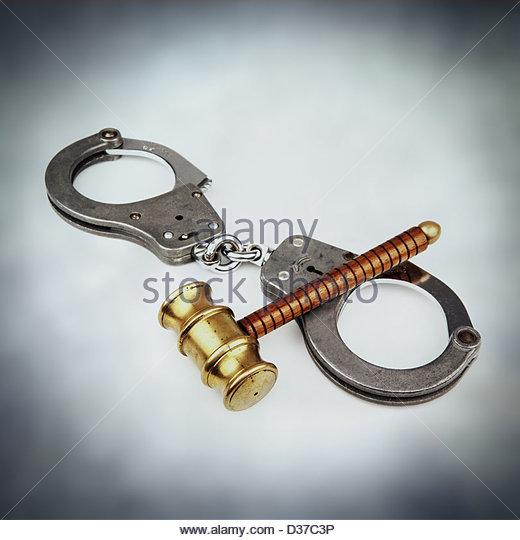 handcuffs gavel - Stock Image