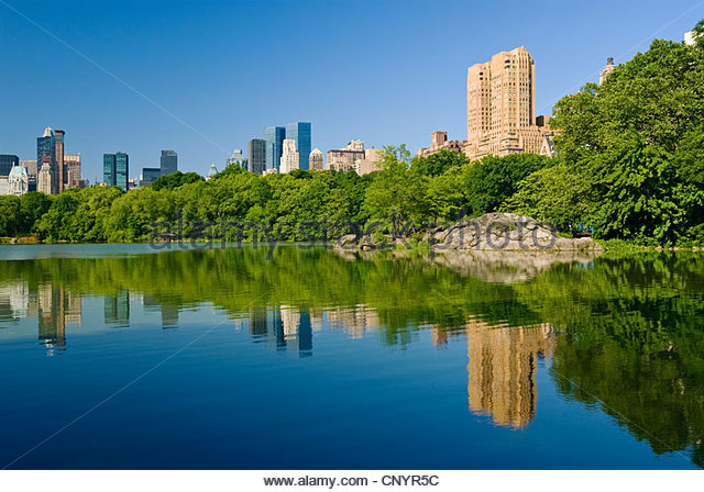 The Lake in Central Park, New York City with buildings of the Manhattan Skyline. - Stock Image