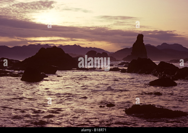 Greenhead sea stacks, Checkaklis Island, Clayquot Sound, Vancouver Island, British Columbia, Canada. - Stock-Bilder