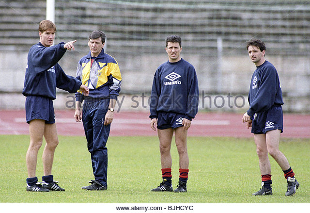 APRIL 1993 SCOTLAND TRAINING ESADIO DA LUZ - LISBON Richard Gough (left) offers his opinon to manager Andy Roxburgh - Stock Image
