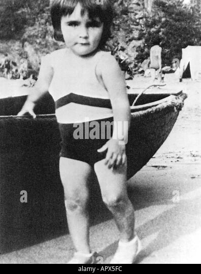 ELIZABETH TAYLOR about 1934 on a beach in England - Stock-Bilder