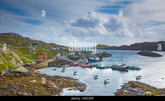 View of fishing boats in craggy harbor, Luskentyre, Harris, Outer Hebrides - Stock Image