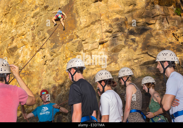 Australia Queensland Brisbane Kangaroo Point Cliffs Count White Park man rock climbing line rope instructor class - Stock Image
