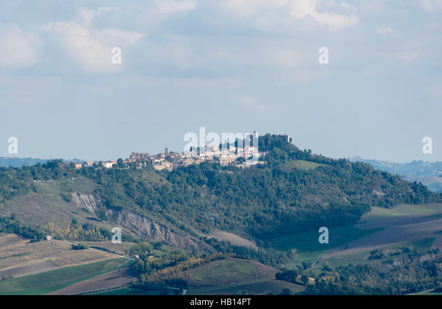The hilltop town of Monte San Martino seen from Penna San Giovanni - Stock Image