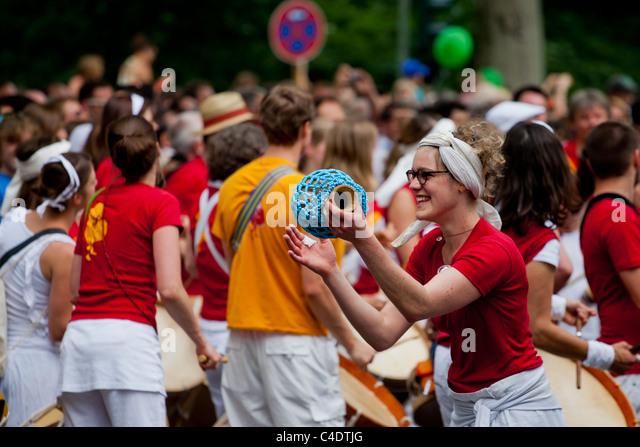 Karneval der Kulturen, drums,trommeln,Berlin,Festival,people,crowd,women,street,parade,happy - Stock-Bilder