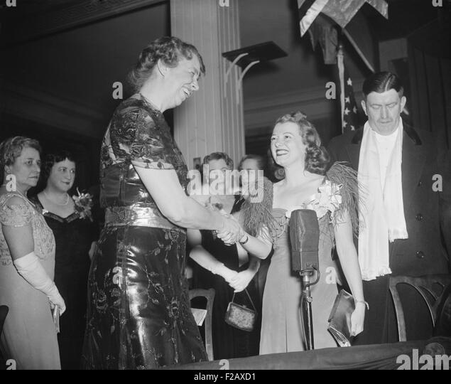 Eleanor Roosevelt greets actress Janet Gaynor at the President's Birthday Ball, January 29, 1938. Wardman Park - Stock Image
